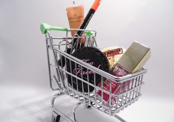 One of the main elements is a shopping cart.